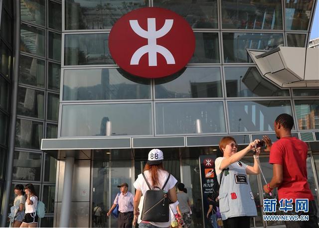 旅客在香港高铁西九龙站的标志牌下拍照(10月1日摄)。    新华社记者 吴晓初 摄