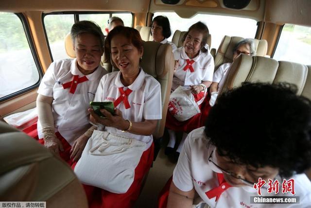 穿着红白相间的校服,一群60多岁的老年人挤进一辆巴士,面带微笑地前往泰国大城府的一所学校。对于这个群体和国家的其他人来说,重返学校为越来越多独自生活的老年人提供了排解孤独的途径。