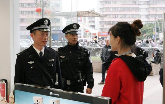 市公安局党委委员、副局长周岳林在巡逻途中走访群众