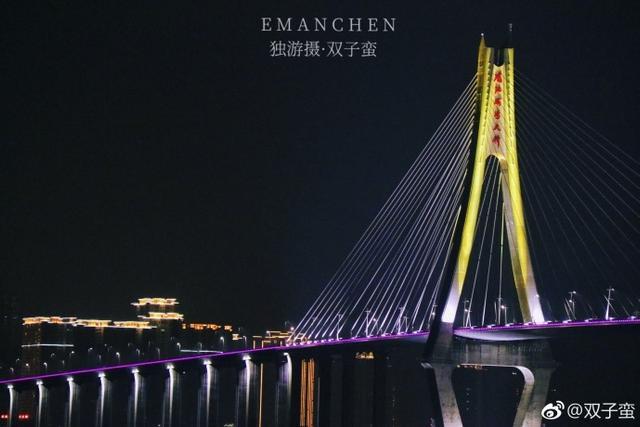 湛江海湾大桥五彩缤纷的灯光在夜晚的海面投下盈盈柔光,海面波光粼粼。桥在水上,水在桥间,虚实相应,如入画中。陈婷 摄