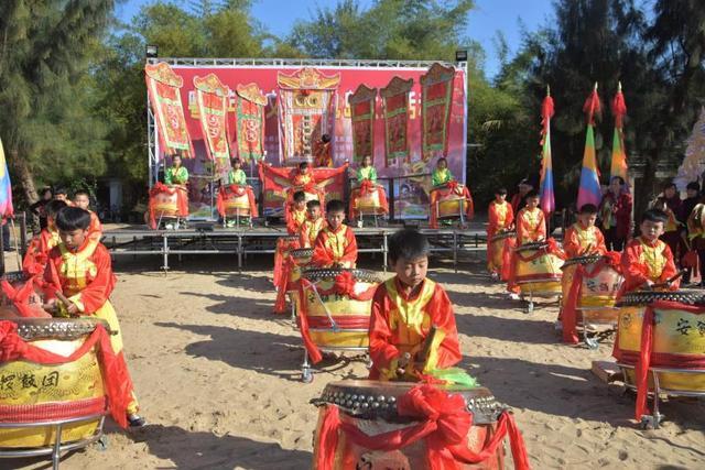 3月9日,2018粤西年例文化节在湛江特呈岛举行,来自廉江安铺的锣鼓头艺术团为广大游客献上具有浓厚传统文化特色的非物质文化遗产--锣鼓艺术表演。
