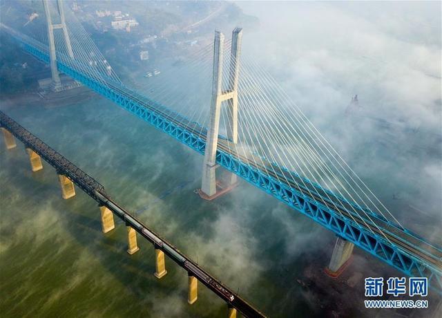 经过5年艰苦建设,位于重庆江津的世界首座双层六线钢桁梁铁路斜拉桥——新白沙沱长江特大桥近日落成,与即将开通的渝贵铁路一起进入检测试运行阶段。新白沙沱长江特大桥全线长约5.32公里,其中主桥全长920米,是渝贵铁路跨越长江的重要通道和关键控制性工程。新华社记者 韩晔 摄
