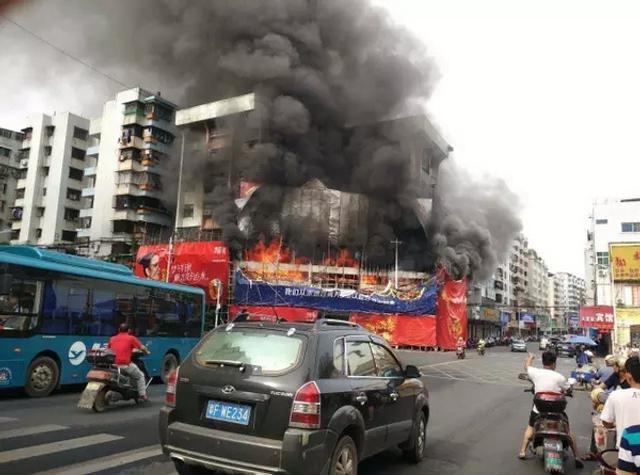 8月11日上午9时许,正在装修的广东南雄市五金大厦发生火灾。火灾发生后,该市公安、消防等部门迅速组织派出人员进行扑救。起火位置为南雄市五金大厦发生,由于火势凶猛,已经殃及到了半条商业街。来源:南雄门户