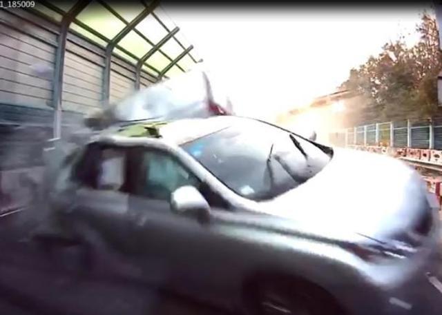 2月11日下午5时35分,香港新界粉岭公路近上水处发生交通事故。一辆涉嫌违反交通规则的私家车,为逃避交警追截,在公路上飞驰并失控翻车,车上司机当场死亡,另一名男乘客昏迷不醒送往医院后不治身亡。(央视记者 包佳节)