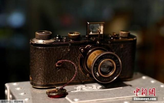 当地时间2018年3月12日,一台莱卡0系相机在奥地利维也纳展出。这台相机的编号为122,制造于1923年,是该系列生产的25台相机中的一台,最终,它以创纪录的240万欧元的价格被拍卖。