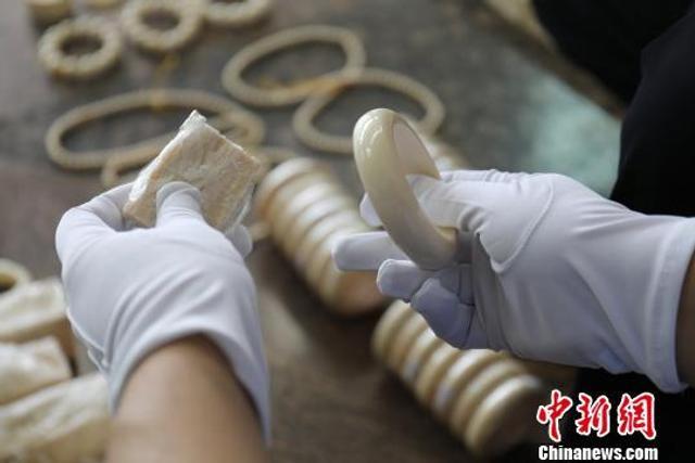 记者5月14日从广州黄埔海关获悉,该关缉私局日前查获1起涉嫌走私进口象牙制品案,经清点,此次行动查获象牙制品共计28.83公斤,其中非洲象牙制品15.72公斤、猛犸象牙制品13.11公斤,抓获犯罪嫌疑人2名。
