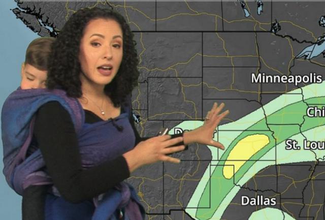 """海外网10月11日电 美国明尼苏达州的一位气象专家苏希近日在网络上爆红,因为与其他气象播报员不同的是,这位辣妈一边在镜头前播报天气,背上还背着1岁多的儿子。不少网友也对这位""""工作看娃儿两不误""""的女性予以赞赏。"""