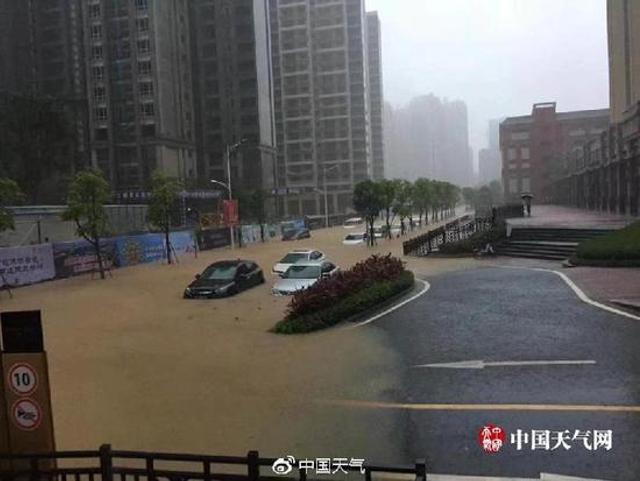 """今年第4号台风""""艾云尼""""(热带风暴级)的中心于6月7日晚上20时30分前后在广东省阳江沿海再次登陆,登陆时中心附近最大风力8级(20米/秒)。 由于""""艾云尼""""的来袭,广州遭遇暴雨天气,多地发生城市内涝,道路被淹。"""