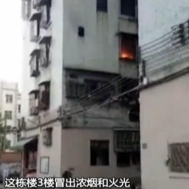 4月9日下午四点半左右,清新区太和镇东二街,一居民楼突然传出两声爆炸声,接着该栋楼3楼冒出浓烟和火光。街坊还没反应过来,突然有一叠钱从窗口飞下来,此外还伴随有求救声。