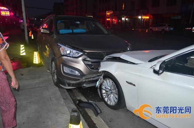 据民警介绍,这起交通事故是发生在10月11号凌晨4点,甘某和他的女朋友驾了一辆白色宝马车经过桥头镇友谊路段时,撞到了一辆停放在路边的小车,导致小车又撞上了后面停放的三台车辆,造成四车不同程度的损害,甘某的车辆则损害非常严重。来源:东莞阳光网