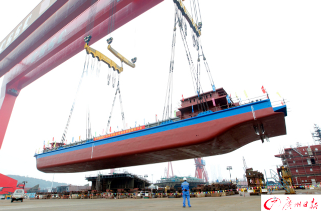 广船国际有限公司为广州发展瑞华新能源电动船有限公司建造的世界首艘2000吨级新能源电动自卸船在南沙整体吊装下水。广报全媒体重记者 高鹤涛摄 耿旭静文