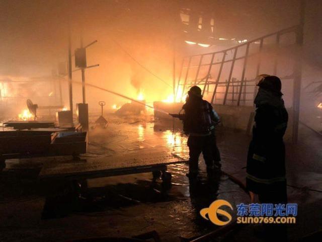 4月8日16时49分许,位于东莞市塘厦镇石鼓社区工业大道98号金龙家私制品有限公司厂房发生火灾。(东莞阳光网)