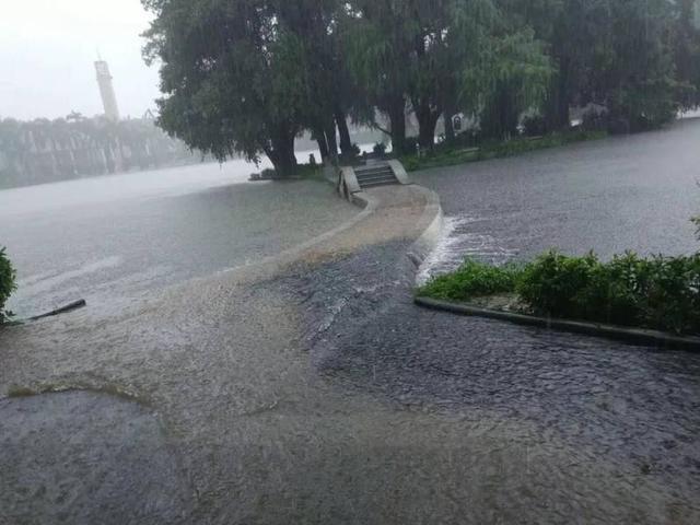 据@今日华工消息,2018年6月8日,高考来临之时,广州现暴雨红色预警,广东多地被淹。高考结束之时,大华工(华南理工大学)终于爆发了,西湖淹了。