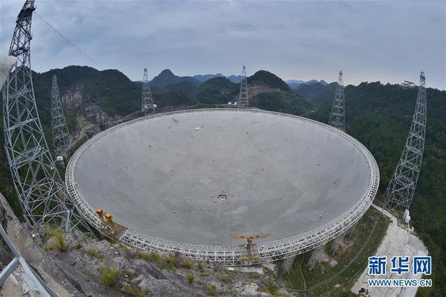 """被誉为""""中国天眼""""的500米口径球面射电望远镜(FAST),经过两年的紧张调试工作,现已经实现了跟踪、漂移扫描、运动中扫描等多种观测模式。截至目前,""""中国天眼""""已发现59颗优质的脉冲星候选体,其中有44颗已被确认为新发现的脉冲星。9月10日拍摄的""""中国天眼""""全景。"""
