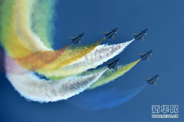 11月6日,中国空军八一飞行表演队在航展现场进行飞行表演。当日,第十二届中国国际航空航天博览会在珠海开幕。 新华社记者梁旭摄
