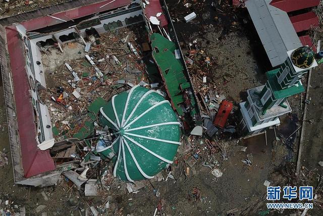 这是10月8日在印度尼西亚中苏拉威西省帕卢航拍的倒塌房屋。 印尼抗灾署的最新数据显示,这场灾难已造成近2000人死亡,约2500人重伤,近7万座房屋损毁,数万人被迫撤离家园。这是过去5年来印尼发生的最严重的自然灾害。 新华社发(王申摄)
