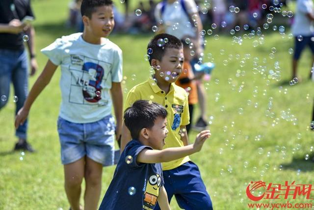2018年10月2日,国庆假期第二天,广州市区阳光普照,广州市儿童公园成亲子乐园。金羊网记者 宋金峪 摄