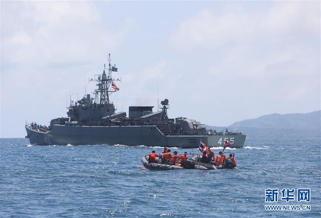 两艘载有127名中国游客的船只在泰国当地时间7月5日返回普吉岛途中,突遇特大暴风雨发生倾覆。据泰国军方搜救人员提供的消息,截至当地时间7日中午,普吉游船倾覆事故已造成至少38人遇难。普吉府府尹诺拉帕在指挥中心接受新华社记者采访时说,军方和民间都出动船只展开全面搜索。新华社发