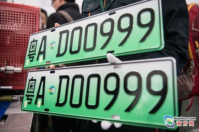 """""""没想到成为广州首位申请到新能源汽车专用号牌的车主,太幸运了!""""25日上午,粤A02800D、粤AD00999号牌成功""""找到""""了自己的主人。据悉,上述两张车牌分别是广州交警部门发出的第一副大型、小型新能源专用车牌,标志广州正式启用6位数的新能源汽车专用号牌。"""
