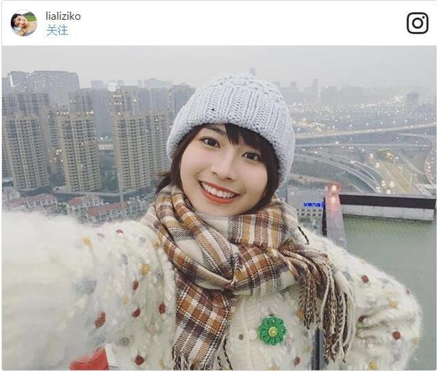 """龙梦柔出生于湖南省,现居上海,因为喜欢日本男演员小栗旬,因此网名取为""""栗子""""。2013年,龙梦柔第一次被一位朋友指出长相与新垣结衣相似。今年开始,龙梦柔的粉丝不断增加,截至10日,她的新浪微博粉丝已达15万,Instagram粉丝也达到了5万左右。(来源:人民网)"""
