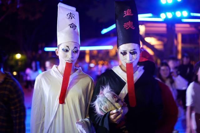 万圣节前夜,广州的鬼怪群魔乱舞汇聚一堂,就问你怕不怕。黑白双煞出场,一个索命一个追魂,看见还不马上转头跑!(陈丰毅/摄)