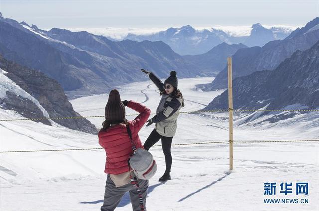 10月4日,中国游客在瑞士因特拉肯的少女峰景区游览。