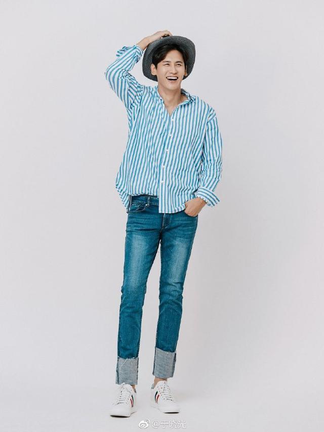 """新浪娱乐讯 10月11日,于晓光在自己微博上传一组照片,并配文称:""""蓝光。""""照片中的他身穿蓝色条纹衬衫,搭配牛仔裤运动鞋,看起来青春有活力。他抚头憨笑,看起来十分帅气。"""