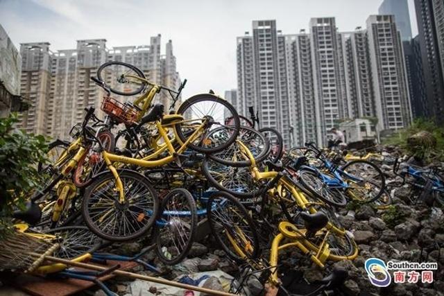 位于珠江新城CBD旁的冼村,正在进行着城中村改造工作。日前,有大量的共享单车被丢弃在村内的大街小巷或是空地上,达到上千台之多。11日,位于珠江新城CBD旁正在进行城中村改造的冼村,有大量的共享单车被丢弃在村内的大街小巷或是空地上,达到上千台之多,涵盖所有品牌的共享单车。