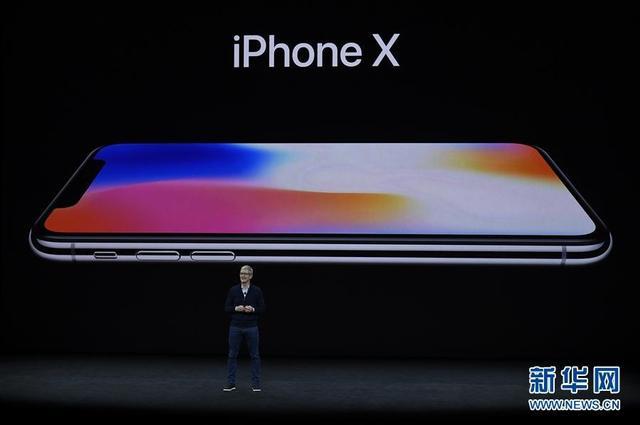 9月12日,在美国加州丘珀蒂诺市举行的苹果新产品发布会上,苹果公司首席执行官蒂姆·库克介绍新推出的苹果手机iPhone X。美国苹果公司12日在位于丘珀蒂诺新总部的乔布斯剧院举行新产品发布会,推出了苹果手机iPhone 8、iPhone 8 Plus和iPhone X以及第三代苹果手表等产品。