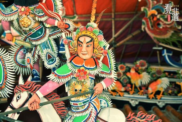 嵌瓷,国家级非物质文化遗产,是土生土长的潮汕民间工艺,由各色精薄的瓷片组成,多用于祠堂、庙宇及民居等建筑物的屋顶装饰,也有小件艺术品也可供陈列、收藏。