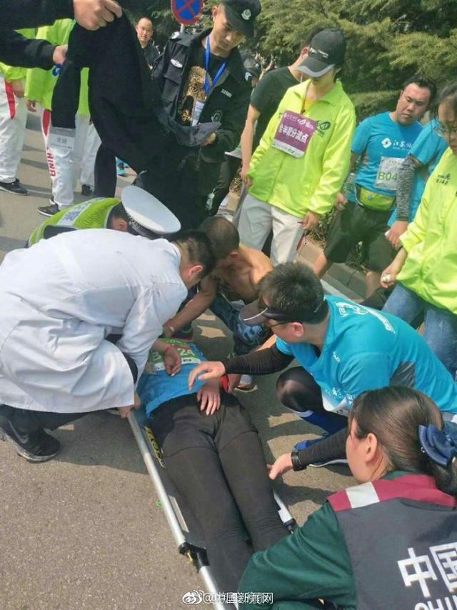 安徽宿州的马超曾是第一批驻港部队军人,跑了5年马拉松。25日,马超特意赶去徐州参加半程马拉松赛。两个多小时后,还有4公里就到达终点的他看到一名女跑友失去意识,立即施救,还跟随救护车来到医院。(安徽网)