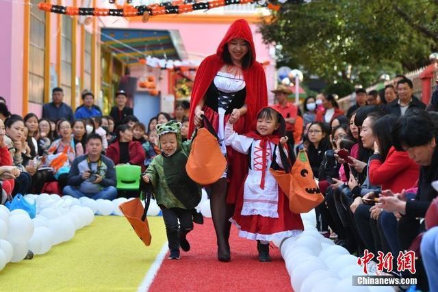 """10月31日,幼童穿上各式服装""""花样走秀""""。当日,昆明江东花园幼儿园举办万圣节""""派对"""",园内的孩子们戴上面具,穿上万圣节服装,在老师和家长的带领下,轮番走秀,现场掌声笑声欢呼声不断。"""