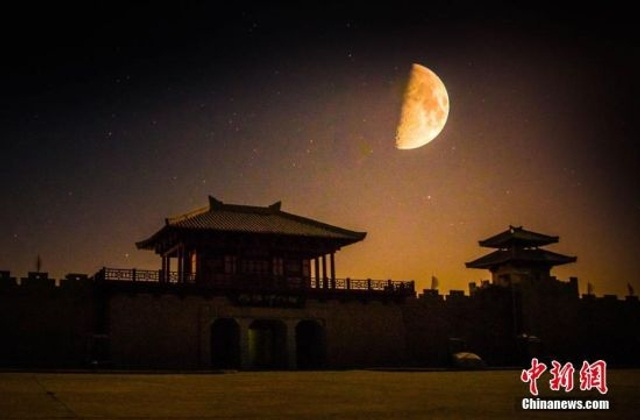 11月晚秋时节,丝路古道上的甘肃敦煌阳关景区繁星璀璨、星汉灿烂,如梦如幻般的大漠星空美景浩瀚无边,令人陶醉其中、流连忘返。图为阳关景区的月夜美景。 (多重曝光) 王斌银 摄