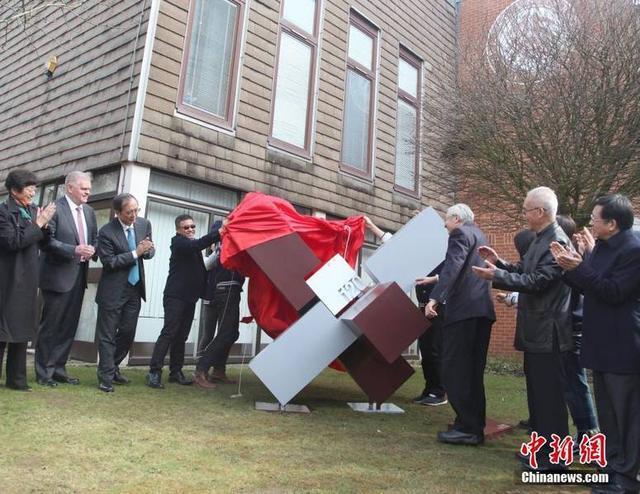 """3月25日,北京大学英国校区启动仪式在位于英国牛津的""""一塔湖图""""新校园内隆重举行。英国校区是北京大学的首个海外校区,也是中国的高等学府第一次以独资经营、独立管理形式走出国门开办的海外分校,被外界誉为""""中国高等教育历史上的一个里程碑""""。"""