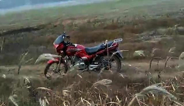 """1月19日,懿丹野保特攻队负责人介绍,他们在鄱阳湖巡护时发现有一辆摩托车,于是志愿者们就赶了过来,""""发现了一个捕猎大雁的,一只大雁已经被拔光了毛""""。该负责人介绍,犯罪嫌疑人见势不妙就迅速逃脱了,现场只留下一辆红色的摩托车。"""
