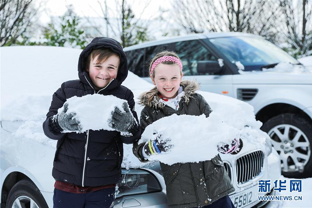2月28日,在爱尔兰首都都柏林,两名儿童在玩雪球。当日,一场暴风雪袭击了爱尔兰大部分地区。据当地气象台报道,这是自1982年以来爱尔兰遭遇的最严重的暴风雪。