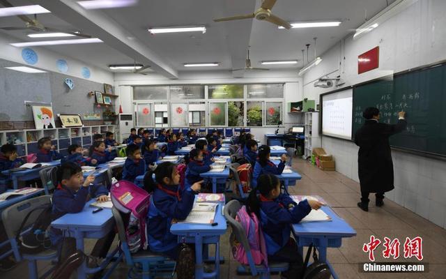 3月5日,浙江小学生们正在上课。近日,浙江省在中国率先实施推迟小学早上上学时间,要求一二年级学生最迟到校时间不得早于8点,上课时间不得早于8点30分,以此保障学生充足的休息时间,促进其身心健康,提升学习效率。