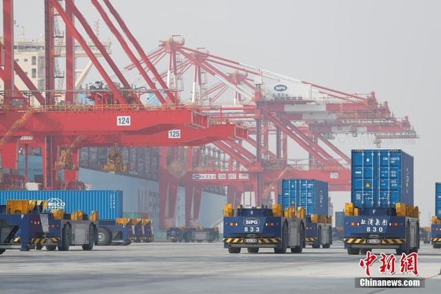 12月10日,全球最大自动化码头上海洋山港四期开港试运营。据悉,洋山港四期总用地面积223万平方米,码头前沿自然水深大部分在11至15米。目前,已经完成调试,首批10台桥吊、40台轨道吊、50台自动导引车(AGV)将投入开港试生产。