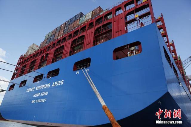 """当地时间2月27日,中远海运超大型集装箱船""""白羊座""""号首航欧洲第二大港比利时安特卫普港。作为第一艘由中企建造并运营的两万标箱级超大型集装箱船,""""白羊座""""号船长400米,型宽58.6米,型深30.7米,甲板面积比4个标准足球场还大,堪称一座""""海上城堡""""。"""