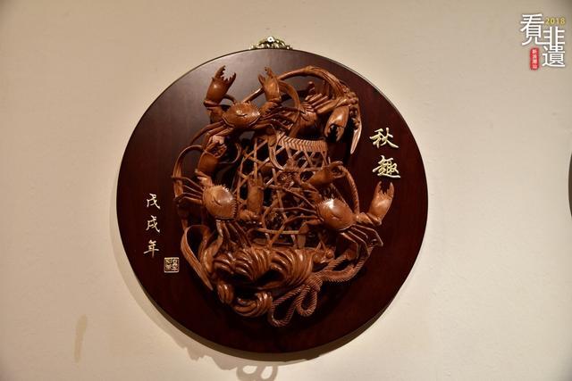 一块整木,在刻刀的精雕细琢下,花鸟虫鱼、珍禽瑞兽栩栩如生、活灵活现,变化多端的雕刻技法,铸就而成的是千年潮州木雕。这一历史悠久的潮州民间传统艺术,与浙江东阳、安徽木雕并称为中国三大木雕流派。