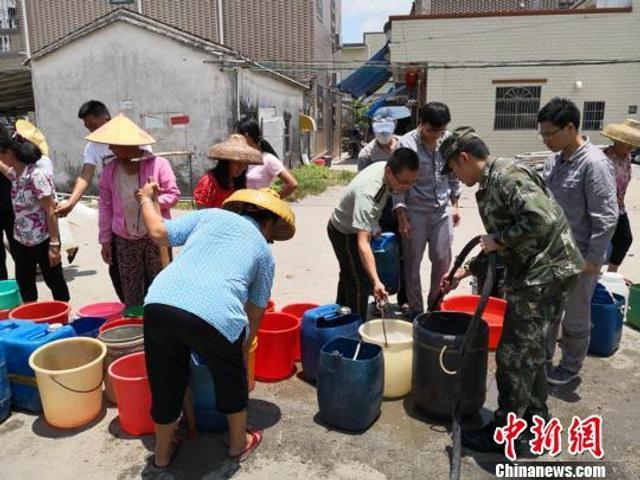 中新网惠州5月30日电 (严初 宋秀杰)连日来,广东惠州部分区域出现严重干旱,其中,该市惠东黄埠部分地方已出现停水或用水相当紧张局面,已给当地民众生活带来了极大不便。图为当地居民在排队取水 向宇鸣 摄
