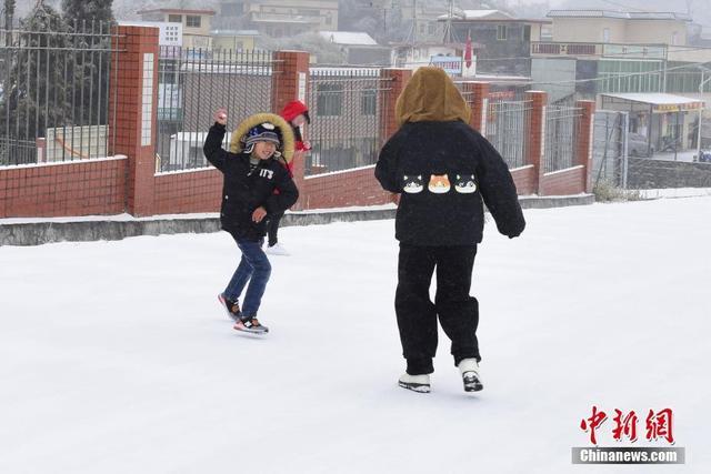 1月29日,广东韶关乳源红云镇,小朋友打雪仗。当日,受新一股冷空气补充影响,广东韶关地区气温进一步下降,该市最低气温降至1到3℃,高寒山区达到-5℃到-2℃,伴有雨夹雪、冻雨和道路结冰。中新社发 李新华 摄