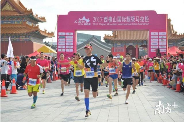 11月4日至5日,西樵山国际超级马拉松24/12/6小时赛及3小时团队接力赛在西樵山国艺影视城内开跑。(南方+记者 戴嘉信)