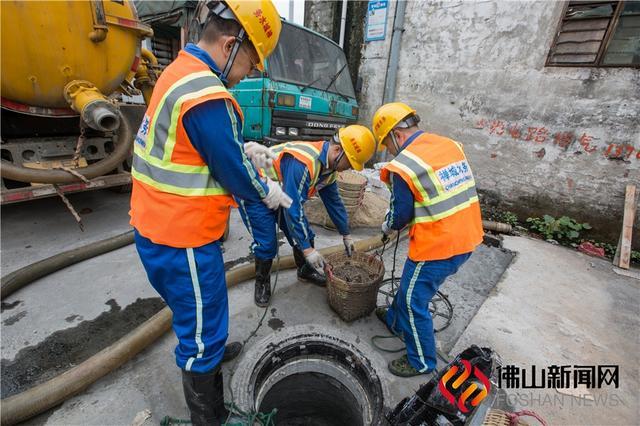 有这么一群人,他们每天默默地在城市的地下工作,在黑暗的下水道守护着,他们,就是下水道的清疏工。 佛山新闻网陈憧炜摄