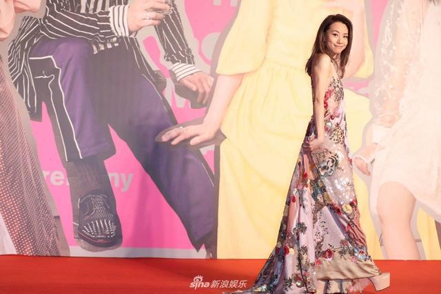 新浪娱乐讯 4月15日晚,第37届香港电影金像奖在香港举行,群星出席,各大奖归属尘埃落定。图为邓丽欣亮相。(宫德辉/图)