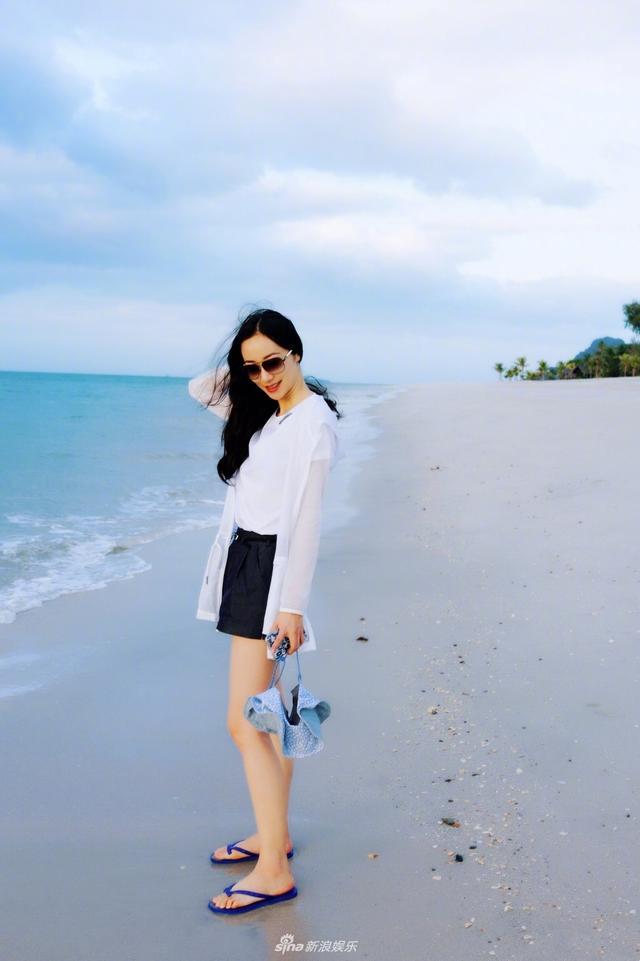 """新浪娱乐讯 近日,明星韩雪在微博上晒出了一组海边度假的美照,照片中的她身着简单素净的白色T恤、黑色短裤,搭配轻薄防晒服,信步闲庭游走于蓝天碧海间。并俏皮配文:""""听说你那里很冷,我是来拉仇恨的。又见#标准游客照#。"""""""