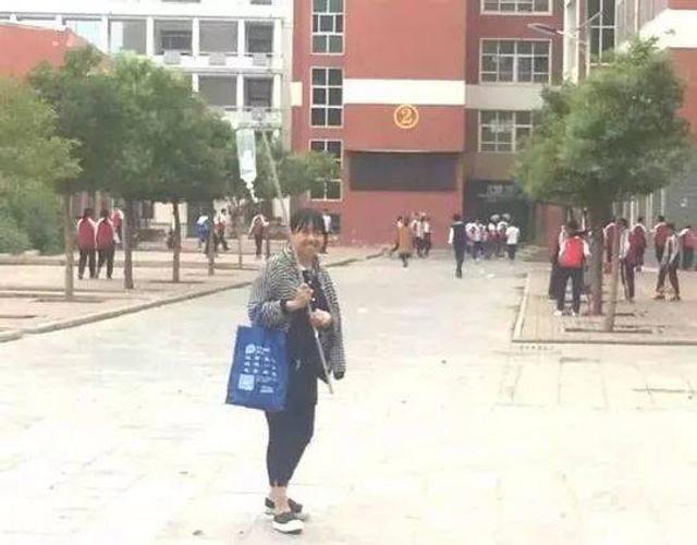 近日,一个青年女教师肩扛一根输液杆的照片出现在很多人的朋友圈里。杆上挂着输液瓶,她微笑着走在校园里,朋友圈里都说是很萌的样子。