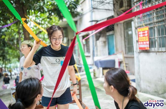 近日,48位来自全国各地的年轻人,走进越秀区农林街道的竹丝岗社区,用为期一周的艺术展览和实验,让床和社区结合,让艺术走进生活。