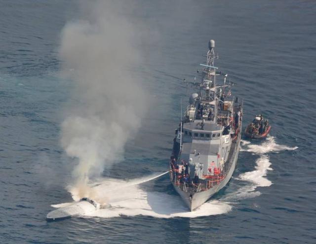4月27日报道,美国海军一艘海岸巡逻船和美国海岸警卫队以及美国海关和边境保护局联合行动,在国际合作伙伴的帮助下,拦截了一艘高速快艇,并从这艘快艇上截获超过1000磅(约0.45吨)可卡因。