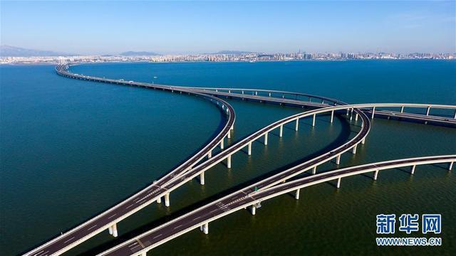 """这是胶州湾大桥(6月1日无人机拍摄)。青岛胶州湾大桥起于青岛市高科技工业园,跨越胶州湾,在黄岛与济青高速南线顺接,使青岛、黄岛和红岛实现""""品""""字形连接。"""